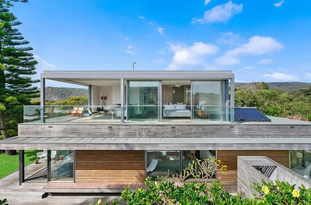 Beachside Home – Where Elegance and Bold Meet!